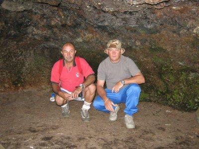 voici bernard et martel sous une grotte