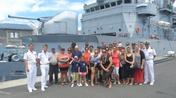 groupe d'amis en visite  d'un bateau de guerre
