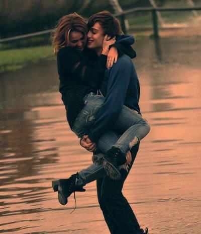 « On dit que l'amour est à portée de main, alors on tend la main... et on devient fou. »