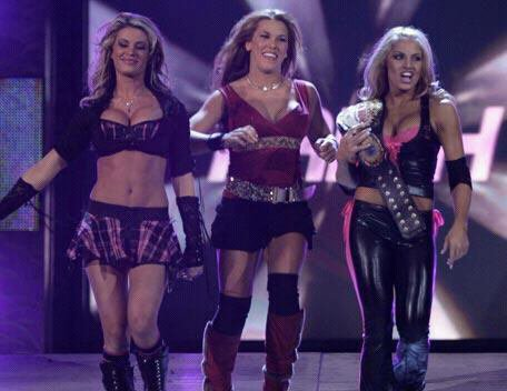 Ahsley Massaro, Mickie James et Trish Stratus