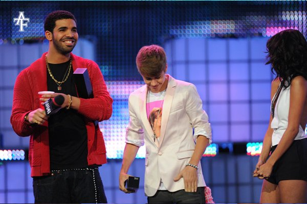 Drake au MuchMusic Video Awards. il a remporter le prix de International Video Of The Year By A Canadian avec Justin Bieber