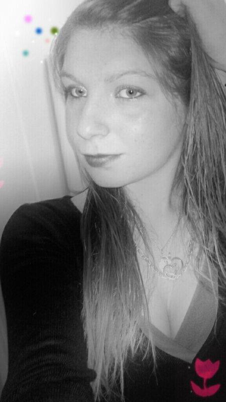 ♥ Puisqu'il faut vivre autant le faire avec le sourire et se dire que le meilleur est à venir, que le pire permets de construire ce vraiment à quoi on aspire, se dire que pendant la chute, il y a toujours espoir de bien atterrir, la vie ne se respire qu'une seule fois et le bonheur se vit sans aucune loi ...♥