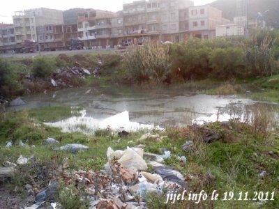 Un égout à ciel ouvert au bord de la plage principale de Sidi Abdelaziz