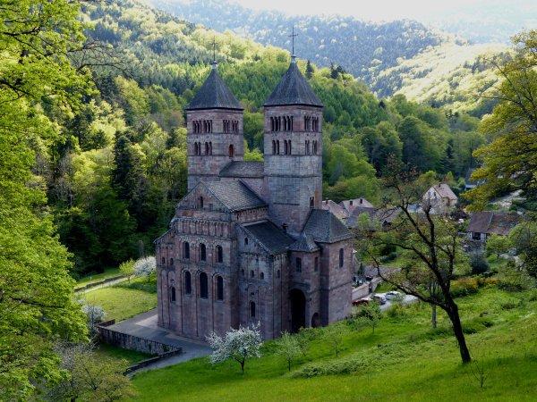 -A partir de la Chapelle Notre Dame de Lorette voici la vue sur l'Abbaye de Murbach.