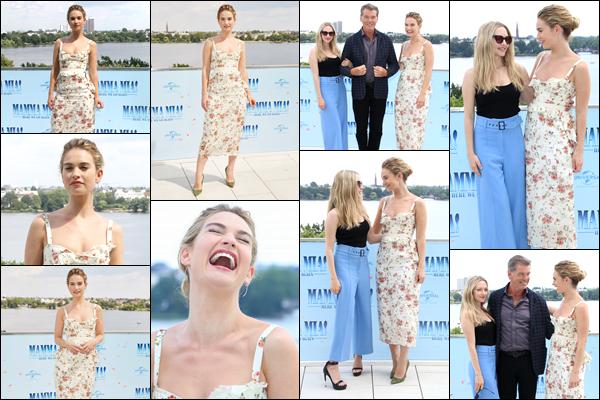 """''• '12/07/18:'' Lily James était présente à l'avant première de : « Mamma Mia 2 » dans Hambourg, Allemagne. Comme à son habitude, notre actrice était vraiment souriante ! Elle était en compagnie du reste du casting de : """"Mammia Mia 2"""". Un top !"""