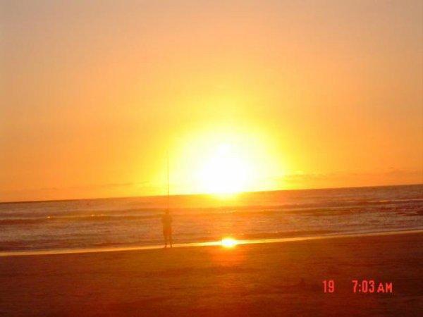 Vais toujours vers les villes de la mer avant le coucher du soleil sur une demi-heure et j'aime l'atmosphère envoûtante de