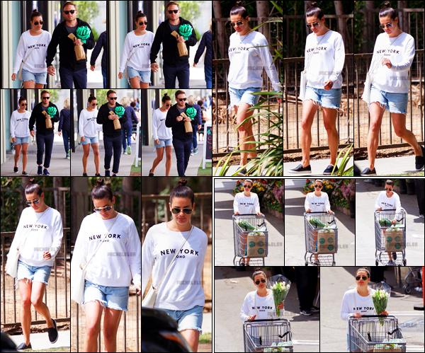 . 06/04/2018 : Lea Michele et son chéri Zandy Reich ont été aperçus se baladant[/font ] dans les rues de Los Angeles. Plus tard, Lea a été vue faisant quelques courses dans un supermarché toujours à Los Angeles. La tenue de la miss est simple mais jolie.   .