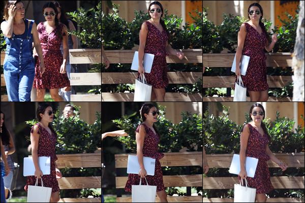 . 03/08/2018 : Lea Michele a été photographiée quittant la maison d'une amie[/font ] dans les rues de Los Angeles, CA. Les photos ne sont pas de très bonne qualité. Lea porte une très jolie robe légère et fleurie. La miss transportait également son Macbook.   .