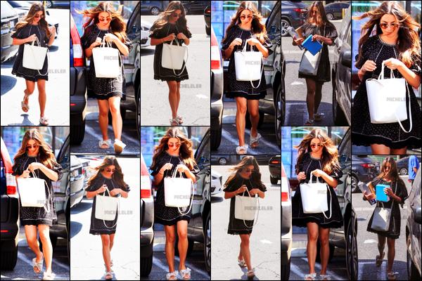 . 26/09/2018 : C'est seule que Lea Michele a été aperçue faisant quelques courses[/font ] dans les rues de Los Angeles. Elle a notamment été photographiée récupérant un colis. Elle est toujours aussi belle et j'aime beaucoup la tenue que notre Lea porte.   .