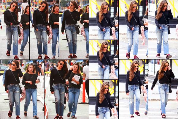 . 01/10/2018 : Lea Michele et une amie ont été photographiées se promenant[/font ] dans les rues de New York City. La demoiselle a donc à nouveau quitté la Californie pour se rendre à New York. Elle porte une tenue très simple mais qui lui va bien.   .