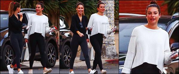 . 07/10/2018 : Lea Michele et son fiancé ont été photographiées faisant des courses[/font ] dans les rues de Los Angeles. La demoiselle et son chéri ont ensuite rangé les courses dans leur voiture. On peut dire que c'est une tenue pour faire courses quoi.. flop !   .