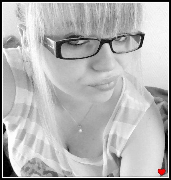 .Je ne suis pas une fleur qui s'épanouit au vent, mais juste une fille qui rêve au prince charmant .. ܤ