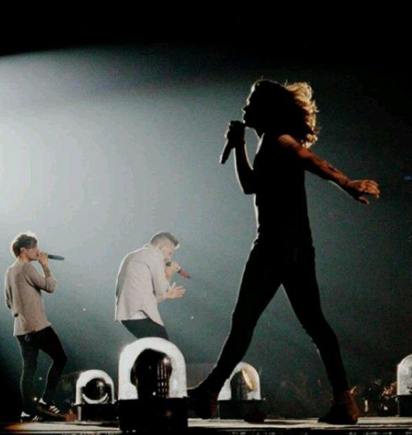 Harry avec ses cheveux longs on aurait dit une fille de loin XD