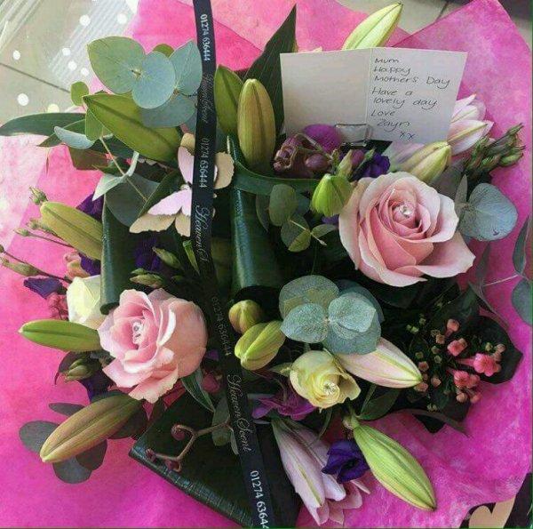 Voici le bouquet que Zayn a offert a sa maman pour la fête des mères. Attend ? C'était dimanche ? Ah merde j'ai zappé XD