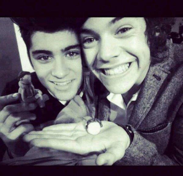 Cette photo est chou ! Mais tu tiens quoi dans ta main Harry ?