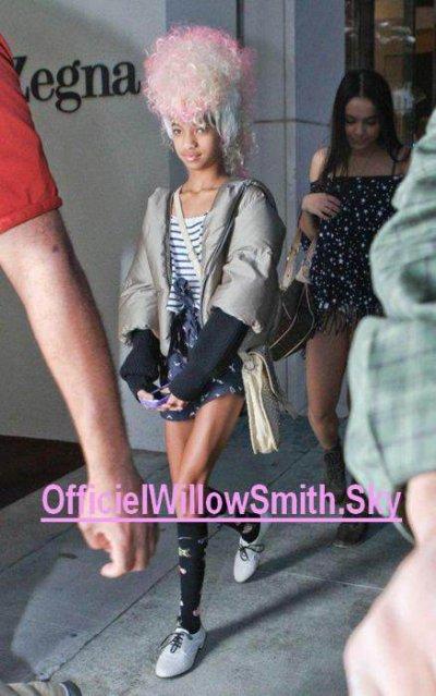 """Willow , Jaden (Smith) , Stella Hudgens et Jordyn Woods , on été aperçu sortent d'un magasin chinoi + on peut voire que Willow a mis une perruque à la Nicki Minaj + elle ajoute qu'elle na pas de Facebook (I Have no facebook """"fb"""") PS : J'aime bien :)"""