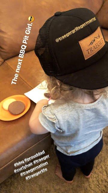 Gustav Schäfer Instagram Story le 19.02.2018 - Le prochain BBQ Pit Girl.😎
