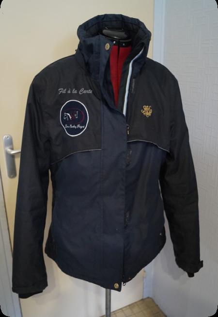 Appliqué logo sur manteau