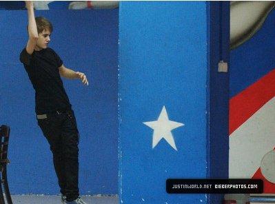 15.04.11 - Justin fait du Bowling en Israel