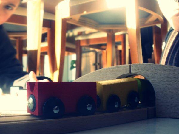 Le train de la vie, c'est un petit train, qui va des montagnes de l'ennui aux collines de la joie.