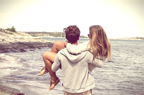 J'aurais tellement aimé ne pas te connaitre, ne pas te rencontrer, ne pas te remarquer. Tout aurait été plus simple. Ce manque perpétuel que tu cause dans mon c½ur ne serait pas sans cesse présent. Cette perte totale de raison lorsqu'il s'agit de toi ne serait pas aussi terrifiante. Cet amour que tu provoque en moi ne serait pas aussi douloureux. Je t'aime, a tort, mais je t'aime malgré tout. Et cet amour ne cesse de s'amplifier. Je t'aime, et c'est bien la pire de mes souffrances.
