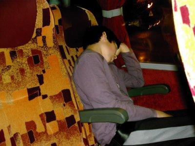 Florian en train de dormir , dans le car , vers la Suisse . LOL !