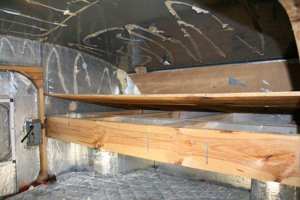 Les travaux commencent sur la TOUrette, arrachage de l'isolant et de la colle et démontage du petit lit qui n'est pas d'origine