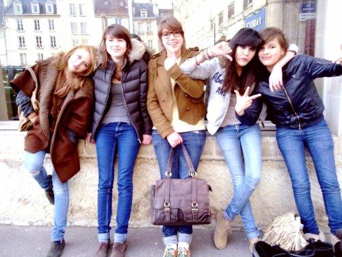 Vous voyez ces filles?et bien c'est grâce à elles que je sourie.