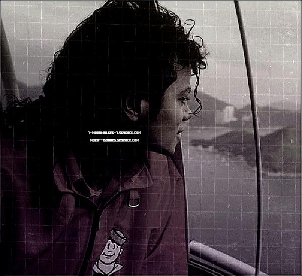 """. Catégorie/Collaboration  : Michael Jac. le grand « Matteur ». (Allemagne, 1988)...  .   – C'était en été 1988, Michael Jackson se trouve à Berlin pour les besoins de sa tournée européenne... Un jour, lorsque qu'il passait en voiture via une destination inconnue, il matte une jeune femme portant une minijupe puis des talons hauts... En même temps, il déclare à une personne figurante aussi dans la voiture avec lui  « Regardez ses hanches, puis """"Regardez son c*l! » Michael disait. Pour information, la femme en question s'agissait d'une femme de 50 ans, croyant que c'était une jeune femme. Après ceci, Michael Jackson se serait mis à rire. 7-moonwalker-7.skyrock.com. Tous Droits Réservés. Copyright. ©  .  Article en collaboration avec le blog  Mybuttisyours.skyrock.com. Juin/Juillet 88. ."""