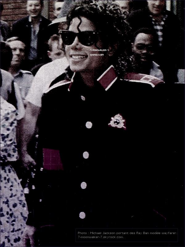 . Michael Jackson & les « RAY BAN WAYFARER » ! Un article de 7-moonwalker-7 !.  – Le hasard a voulut que nous intéressons à un objet de sa liste vestimentaire appartenant bien évidement à Michael Jackson ! Cet objet vestimentaire en question est ses lunettes de soleil très connues, un nouveau look qui apparait fin 1986 (lors du tournage du clip vidéo BAD où on peut l'apercevoir avec une paire de lunettes de soleil) dans sa liste vestimentaire. Mais quelle est ce genre de lunettes de soleil ? Ces lunettes de soleil plus connues sous le nom « RAY BAN WAYFARER » ce modèle de lunette a été crée en 1952, à l'époque le logos RAY BAN ne figure pas sur la paire de lunettes, celle de Michael figure sans (photo originale clique). Ces lunettes de soleil appartiendra au style vestimentaire de Michael Jackson durant cette époque !     7-moonwalker-7.skyrock.com. Tous Droits Réservés.Que pensez-vous de ces lunettes de soleil ? Aimez-vous cette paire ? Donner vos avis !  .
