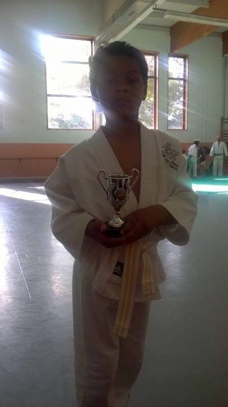 Souvenir le 22 Juin 2016 il a reussi sa ceinture jaune ei a u la coupe Cei le meilleur mon fils dommage kil a arrété. Mon fils tu peu pas test