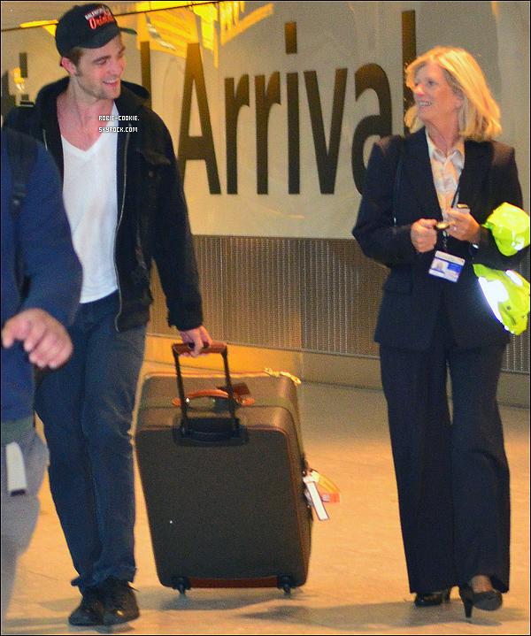 . 04/08/11 : Robie a été vu à l'aéroport d'Heathrow à Londres (Angleterre) ... pour rejoindre K. Stewart ?.