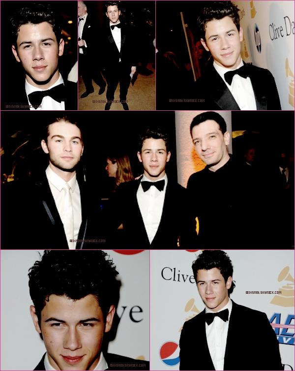 NICK JONAS -  au pre-gala des Grammy Awards  Coté tenue : Je le trouve Très Galant, avec son noeux  cravate. Enfin un TOP pour Mister Jonas