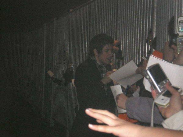 [29.04.2008] Quentin Mosimann pendant la séance de dédicaces devant l'entrée des artistes du Tarmac à Déols-Châteauroux x3 ^^...