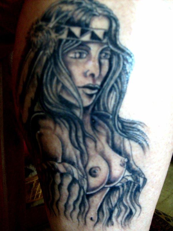 mon nouveau tatouage sur le mollet droit que j'ai fait dans les landes debut septembre je n'arrive pas a avoir une meilleur qualité de photo mais il est terrible