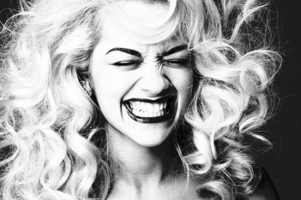 Je cache mes peines derrières de grand sourires en vrai j'ai le sourire d'un tas de soucis..