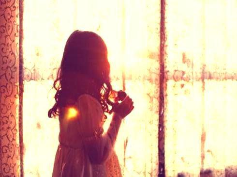~J'attends, encore et encore ... Les secondes passent, les heures s'écoulent et les années défilent sans te voir. Combien de temps encore dois-je attendre pour être à tes côtés ?!~