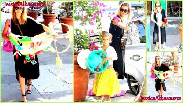 Mardi 18 septembre Jessica et Honor ont été faire dn de quelques jouets a l'association Baby2Baby + des photos facebook où Jessica et trop mignone:)