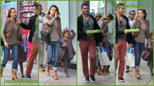 "Samedi 10 novembre Jessica et Cash emmenant Honor à une fête d'anniversaire à  ""giggles n hugs"" à Beverly Hills ."
