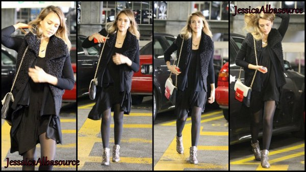 Lundi 26 Novembre Jessica  arrivant à l'hôpital Cedars Sinai à Los Angeles, Californie
