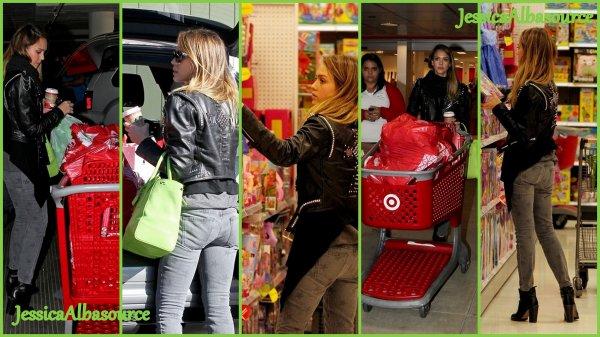 Jeudi 20 décembre essica a été repérée au magasin de jouet   Le Fantastic Four pour finir ses achats de noel