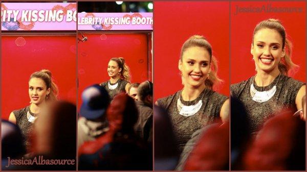 """Mardi 12 février Jessica Jessica Alba  dans un kiosque à baisser à""""Jimmy Kimmel Live!"""" à Los Angeles."""