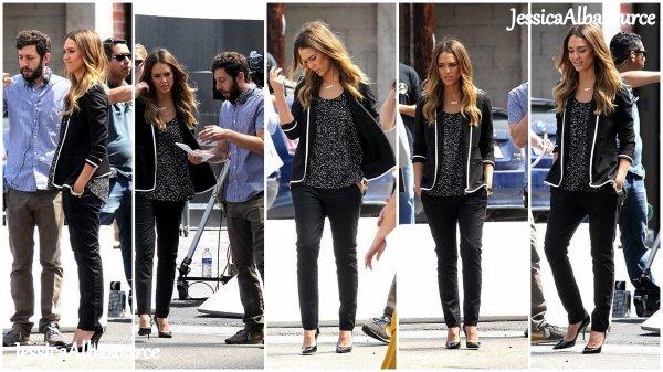 Lundi 22 avril Jessica est sur le tournage d'une pub pour The honnest company à Santa Monica.