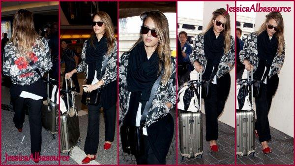 Mardi 30 avril Jessica à LAX airport à Los Angeles