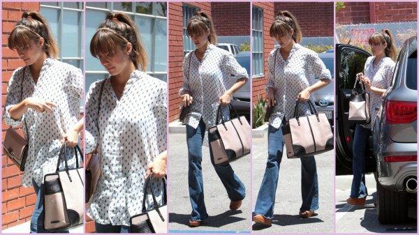 Vendredi 28 juin Jessica allant à son bureau à Santa Monica ; elle n'est pas très souriante et a l'air fatiguée + Le Samedi 29 Jessica fait un arrêt à Bel Bambini pour acheter un panier-cadeau avant de partir pour un shower baby à West Hollywood + des photos persos