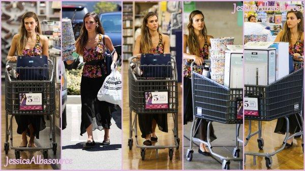 Mardi 16 juillet Jessica s'est rendu à son bureau à Santa Monica + le Mercredi 17 Juillet elle est allée faire quelques courses à Bed Bath & Beyond + des photos persos