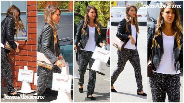 Mercredi 14 aout Jessica allant à son nouveau bureau The Honest Company à Santa Monica