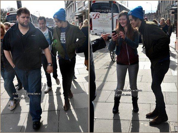 Harry et Niall ont été vus se dirigeant vers TGI Friday's pour le déjeuner à Dublin, le 14 Mars.