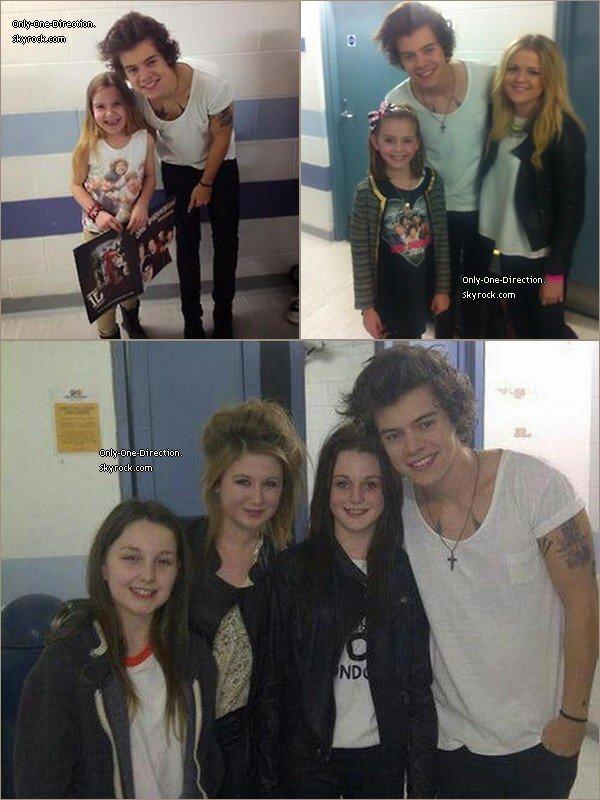 Harry avec des fans dans les coulisses, le 19 Mars,à Sheffield.