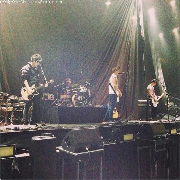 Les garçons en backstage ( coulisse ) du concert en compagnie de quelques fans, le dimanche 14 Avril à Sheffield.